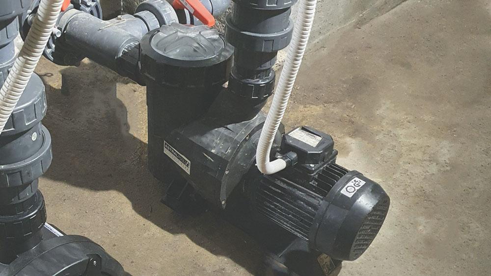Zepsuta pompa basenowa
