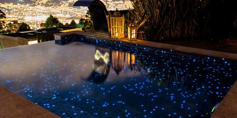 Wygląd basenu z mozaiką Delphinus nocą